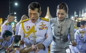 """Vua Thái Lan có động thái siêu hiếm hoi sau hơn 40 năm, gửi thông điệp """"yêu thương"""" đến người biểu tình"""
