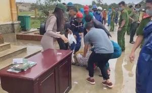 Đang chờ nhận phát tiền của Thủy Tiên, người phụ nữ nghèo bất ngờ ngất xỉu
