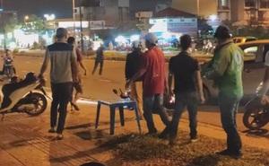 Clip: Nam thanh niên bị đánh đến mức tháo chạy sau mâu thuẫn giao thông, bạn gái ở lại bị tát và chửi bới giữa đường