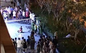 TP.HCM: Bé trai rơi từ tầng cao chung cư tử vong, người thân khóc nghẹn tại hiện trường khiến ai cũng xót xa