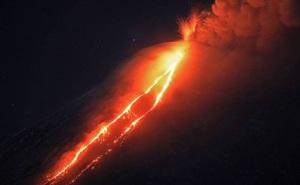 """Núi lửa mạnh nhất của đại lục Á - Âu """"thức giấc"""", phun trào cột tro bụi cao gần 7km"""