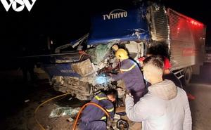 Giải cứu tài xế mắc kẹt trong cabin ô tô trên cầu vượt