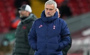 """Gục ngã bởi """"nhát kiếm phút 90"""", đoàn quân của Mourinho đánh mất ngôi đầu vào tay Liverpool"""
