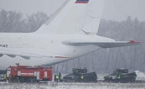 Hai xe tăng Nga cứu hộ vận tải cơ khổng lồ An-124 ra sao?