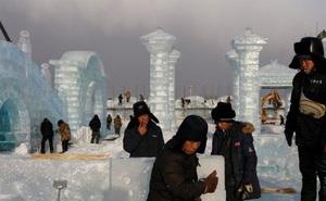 Độc đáo khai thác hàng nghìn khối băng để xây lâu đài và chùa ở Trung Quốc