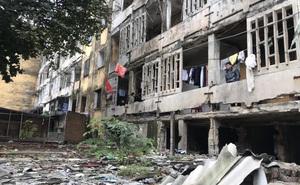 """Nhiều hộ dân quyết bám trụ trong tòa chung cư """"đổ nát"""" nguy hiểm, chính quyền thuyết phục di dời"""