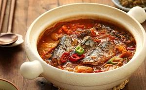 Bữa tối có cá om kim chi thì bao nhiêu cơm cũng hết nhẵn!