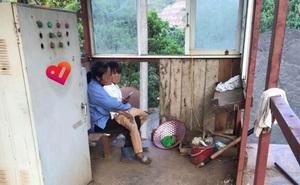 Thấy nữ thợ xây mang con ra công trường nóng rát, người giám sát có hành động khiến tất cả ấm lòng