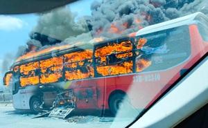 Xe giường nằm chở 20 người bốc cháy dữ dội khi đang đi trên đường