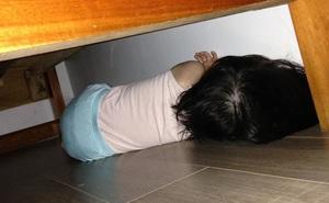 Ngủ dậy không thấy con đâu, bố mẹ tìm khắp nơi rồi bất ngờ với hình ảnh mình nhìn thấy