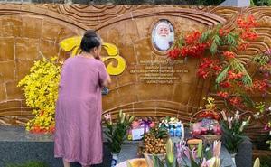 83 năm ngày sinh cố nhà giáo Văn Như Cương, Tô Sa - cháu ngoại thầy Cương chia sẻ khoảnh khắc xúc động của bà ngoại cạnh mộ thầy