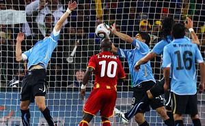 Ngày này năm xưa: Bàn tay Suarez phá tan giấc mơ của bóng đá châu Phi