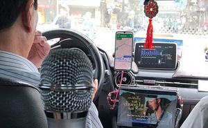 """Bác tài lái taxi """"chịu chơi"""" nhất năm: Sắm hẳn mic karaoke, dàn loa 30 triệu lắp trên xe chỉ để... hát cho vui"""
