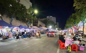 Kinh tế khó khăn, doanh nghiệp Trung Quốc lái ô tô mang hàng ra vỉa hè bán