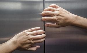 """Bi kịch nhà giàu: 2 mẹ con ở villa, đi thang máy đi tắm rồi bị kẹt 4 ngày, sống nhờ """"khổ nhục kế"""""""