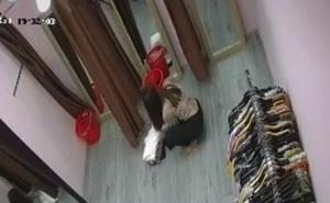 Chị gái đến shop lôi cả đống đồ vào thử nhưng chỉ mua 1 chiếc, sau đó làm một hành động khiến shop quần áo bất ngờ không thốt nên lời