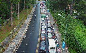 Cửa ngõ Đà Lạt ùn tắc kéo dài, hàng trăm ôtô nhúc nhích từng chút trong cơn mưa chiều