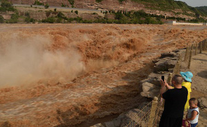 Mùa lũ về cuồn cuộn ở thác nước màu vàng lớn nhất thế giới tại Trung Quốc, du khách kéo nhau đến chụp ảnh lưu niệm