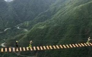 """""""Bóc tem"""" cầu treo mạo hiểm ở Việt Nam, nhìn khung cảnh và sự tung tăng của người tham gia khiến ai cũng muốn thử ngay!"""