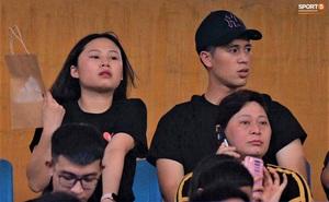 Đình Trọng cùng bạn gái đến sân Hàng Đẫy cổ vũ trận Hà Nội gặp Viettel, Duy Mạnh có hành động chăm sóc đặc biệt với em nhỏ