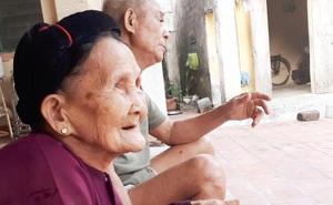 Xúc động cảnh bà nội 90 tuổi run run dúi tiền vào tay cháu trong ngày lên thành phố nhập học