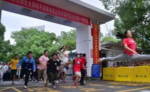 Học sinh Trung Quốc vỡ òa lao ra khỏi cổng trường sau khi hoàn thành môn cuối cùng của kỳ thi đại học khắc nghiệt nhất thế giới