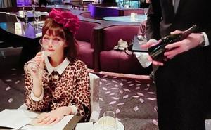 Cuộc sống siêu giàu của nữ diễn viên Hồng Kông: Đi dạo bằng trực thăng, có người giúp rửa chân
