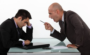 Bị chèn ép ức hiếp, 2 nhân viên được khuyên 6 chữ, sự nghiệp thay đổi theo 2 hướng hoàn toàn khác biệt