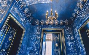 """Thấy lớp sơn xanh dưới tường khi sửa nhà, cặp đôi tò mò cạo ra xem thì khám phá ra cảnh tượng choáng ngợp, kho báu """"trên trời rơi xuống"""" đúng nghĩa"""