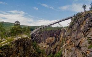 Cây cầu bậc thang cheo leo giữa hai hẻm núi ở Na Uy