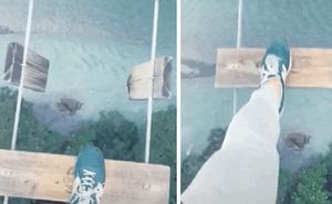 """Sốc nặng với đoạn clip đi cầu trên cao cực nguy hiểm ở TikTok, du lịch theo kiểu """"đùa với tử thần"""" thế này ai dám?"""