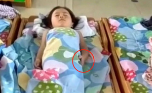 Cô giáo gửi đoạn clip các bé đang nằm ngủ trưa, bà mẹ bỗng rưng rưng khi phát hiện con gái có hành động lạ