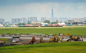 [Ảnh] Máy xúc xới tung đường băng tại sân bay Tân Sơn Nhất