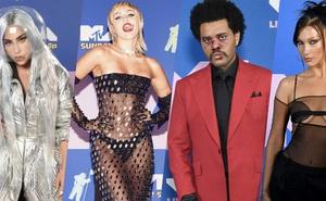 Thảm đỏ lạ nhất lịch sử VMAs: Miley Cyrus hở bạo, Lady Gaga chặt chém với khẩu trang quá độc, dàn sao khủng đọ sắc theo cách đặc biệt giữa đại dịch
