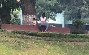 """Hình ảnh gây sốc ở công viên Thủ Lệ: Cặp đôi thản nhiên làm hành động """"nhạy cảm"""", mặc cho có trẻ nhỏ ngồi chơi ngay bên cạnh"""