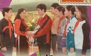 Nam sinh cười tươi rói cầm hoa tặng cô giáo trên bìa SGK Giáo dục công dân lớp 8 giờ ra sao?