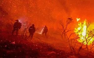 Cận cảnh sức nóng kỷ lục từ đám cháy rừng khốc liệt ở California