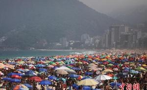 Bất chấp lệnh cấm tụ tập và nỗi lo dịch bệnh, bãi biển tại Brazil vẫn đông nghẹt người
