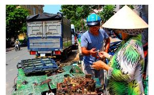 """Chuyện đời kỳ lạ của cụ bà U80, 20 năm mưu sinh bằng nghề """"độc"""" giữa Sài thành"""