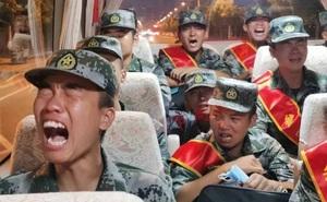 """Lộ hình ảnh binh sĩ PLA """"khóc rưng rức"""" trên đường đến biên giới tranh chấp Trung-Ấn: TQ nói gì?"""