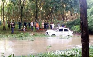 Ô tô băng qua đập tràn bị nước nhấn chìm, hai mẹ con tung cửa xe bơi được vào bờ