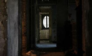 Đang định mở căn phòng u tối bị khóa chặt, cô gái vội vã thu lại chìa khóa rồi bỏ đi sau khi ghé mắt nhìn vào bên trong