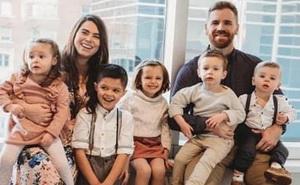 Hoàn tất thủ tục nhận nuôi 4 đứa trẻ, cặp vợ chồng ngỡ ngàng với kết quả siêu âm, sổ hộ khẩu của gia đình sắp sửa quá tải!