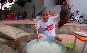 Con trai Bà Tân Vlog bị dân mạng chỉ trích gay gắt khi nấu cháo với gà còn nguyên lông: 'Vừa mất vệ sinh lại còn phí phạm thức ăn'