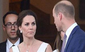 Chỉ trong 1 ngày, Công nương Kate bị chỉ trích nuôi con sai cách và trước cung điện đang sinh sống phát hiện thi thể người chết