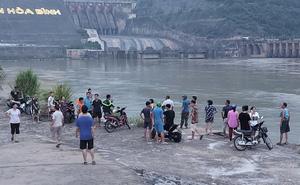 Đang nỗ lực tìm kiếm nam sinh lớp 11 mất tích khi tắm sông Đà