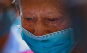 Ông lão 73 tuổi bật khóc nức nở khi tìm được tro cốt của vợ ở chùa Kỳ Quang 2