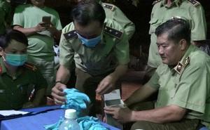 Đột kích nhà kho ở Sài Gòn, phát hiện hơn 4 triệu găng tay y tế qua sử dụng