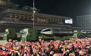 """Toàn cảnh lễ duyệt binh khoe """"Vũ khí mạnh nhất thế giới"""" của Triều Tiên"""