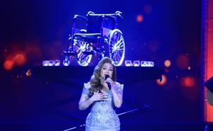 Xúc động với hình ảnh chiếc xe lăn trong đêm nhạc Lam Phương